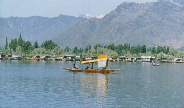 beautiful dal lakes in Kashmir