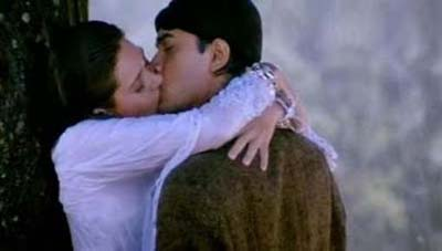 Aamir Khan and Karishma Kapoor kiss in Raja Hindustani