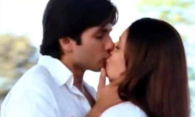 Shahid and Kareena kiss